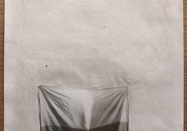 """""""El teatro político"""" / Pagina de revista intervenida con papel de lija"""