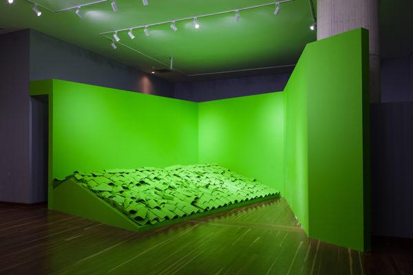 Croma / SET / Instalación Archivo de Bogotá /  Tejas de Barro, Arquitectura efímera, Iluminación, Pigmento acrílico / Dimensiones Variables / 2017